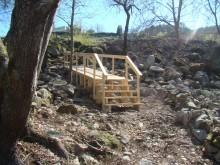 Construcción dunha pasarela de madeira para acceder á zona das termas.